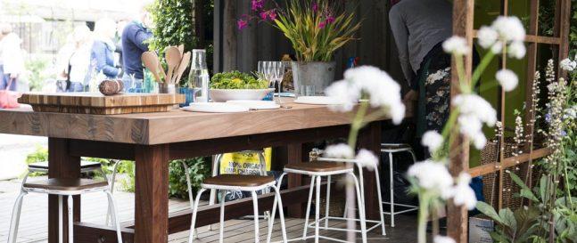 Drevený stôl pod prístreškom