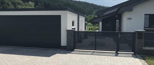 Moderná garáž v bielej farbe s antracitovou bránou