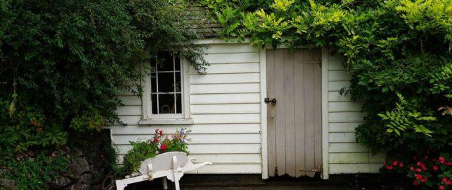 Drevený záhradný domček na náradie v bielej farbe