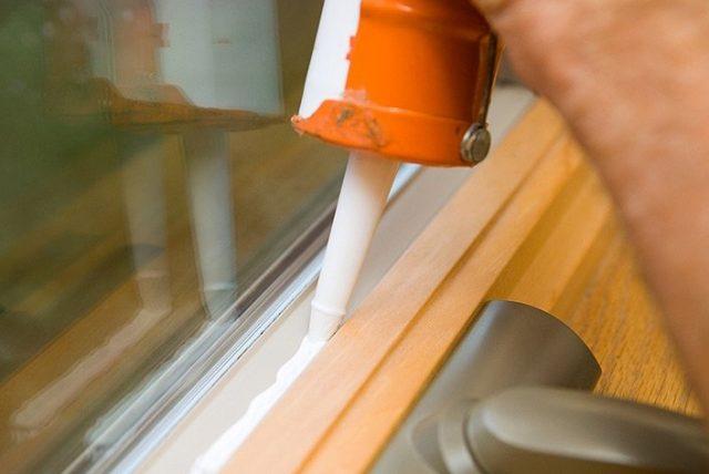 Utesnenie okna silikónom