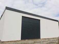 Montovaný sklad s garážovou bránou Hormann v antracitovej farbe