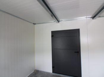 Zateplený sklad s antracitovými dverami