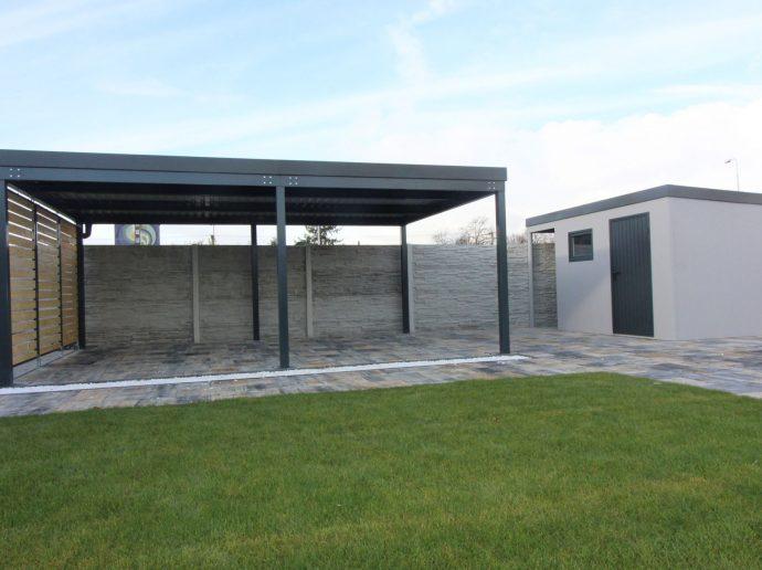 Montovaná pergola v antracitovej farbe so záhradným domčekom