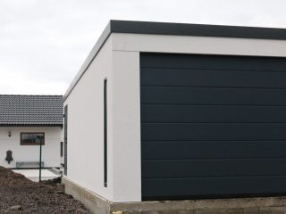 Montovaná garáž pre dve autá s antracitovou bránou Hormann