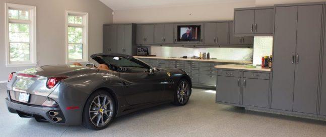 Čierne auto zaparkované v garáži