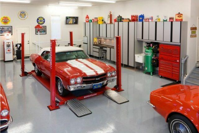 Garáž s červeným automobilom