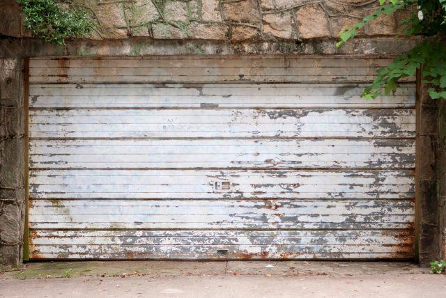 Stará garážová brána