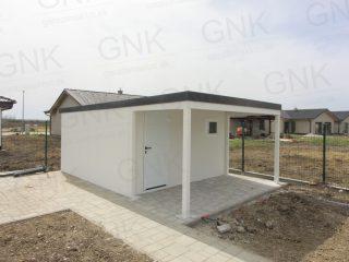 Záhradný domček s prístreškom v bielej omietke