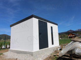 Záhradný domček na náradie v bielej omietke s antracitovými doplnkami