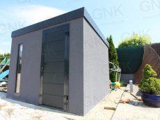 Záhradný domček v tmavosivej omietke s dverami Hormann LPU40