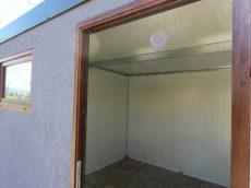 Vnútro montovaného záhradného domčeka s dverami Hormann LPU40