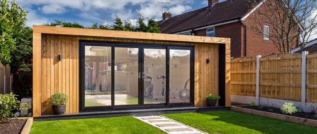 Drevený domček so sklenenými dverami