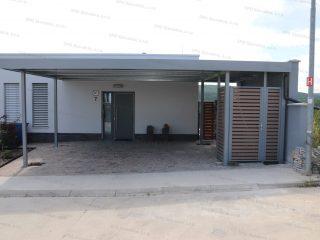 Montovaný prístrešok pred rodinný dom vo farbe biely hliník