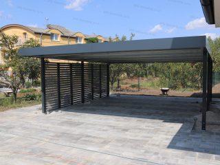 Dizajnový prístrešok SIEBAU v antracitovej RAL pri bytovke