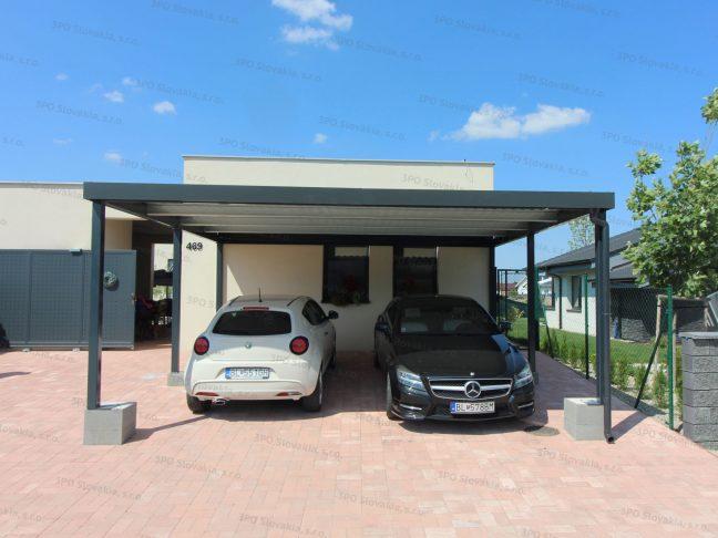Moderný prístrešok pre dva osobné automobily pri rodinnom dome