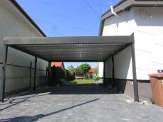 Montovaný prístrešok pre dve autá pri rodinnom dome so sedlovou strechou