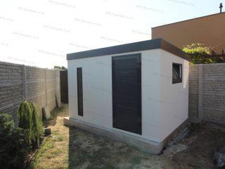 Záhradný domček v bielej omietke s dverami Hormann LPU40