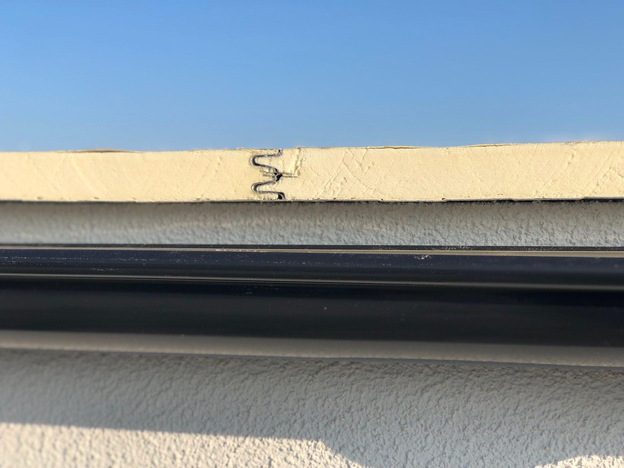 Spoj izolovanej strechy zo sendvičového systému