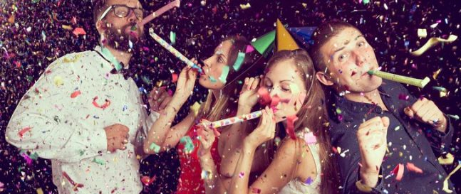 Mladí ľudia oslavujú