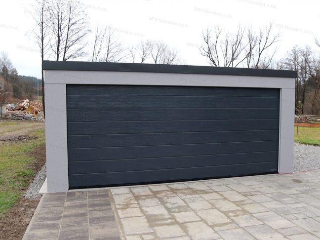 Montovaná garáž pre dve autá v svetlosivej omietke na záhrade