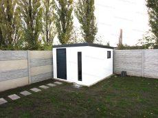 Záhradný domček na náradie v bielej omietke s antracitovou atikou