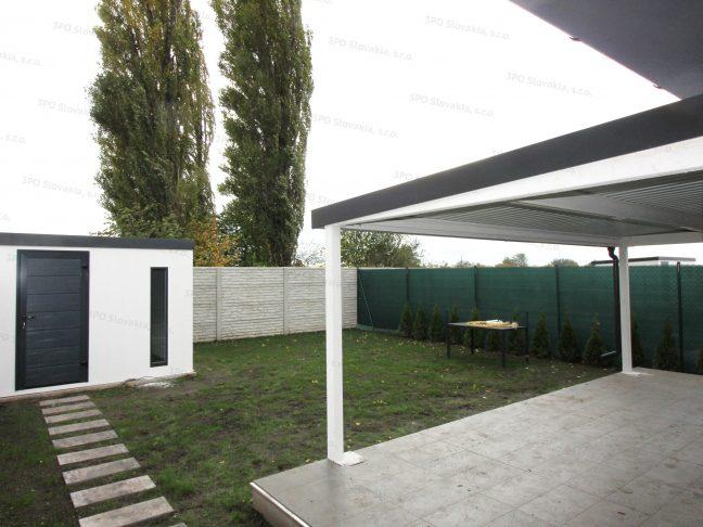 Montovaný záhradný domček a pergola pri rodinnom dome