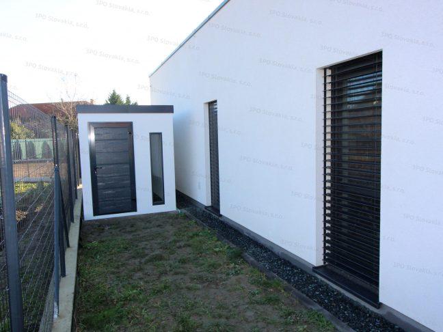 Menší záhradný domček na náradie s dverami Hormann LPU40 a svetlíkom Slovaktual