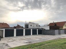 Montovaná radová garáž v bielej omietke s antracitovou bránou Hormann