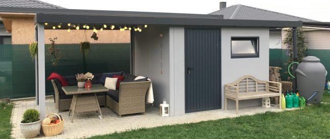 Záhradný domček v svetlosivej omietke so záhradným posedením