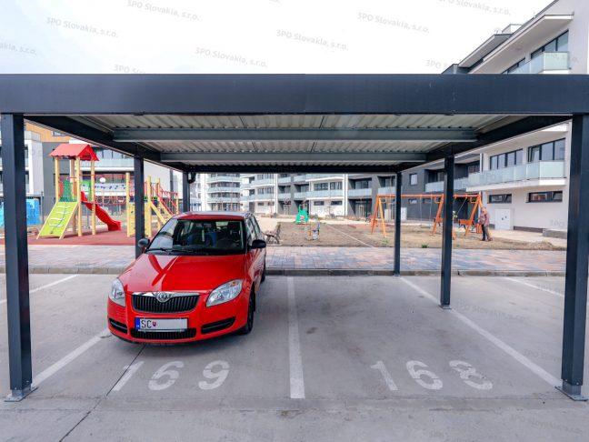 Dizajnový prístrešok GARDEON pre dve autá pri bytovke