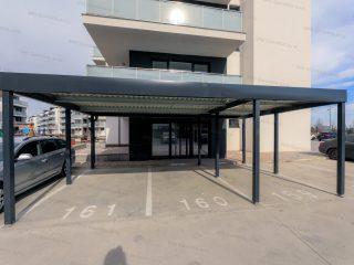Prístrešok GARDEON pre tri autá pri modernej bytovke