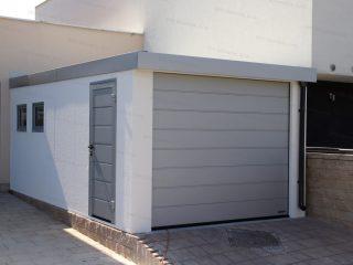 Montovaná garáž GARDEON s oknom, dverami Hormann LPU40 a garážovou bránou Hormann