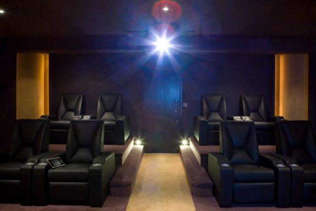 Domáce kino s koženými sedačkami