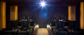 Kino v pohodlí domova? Buďte inovatívny a skúste to v garáži