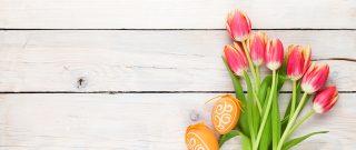 Kytica tulipánov na drevenom stole