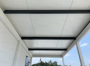 Strešné nosníky na izolovanej streche montovanej garáže