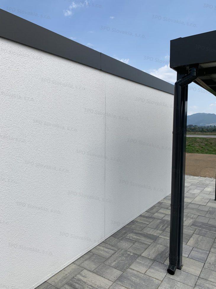 Stena montovanej garáže v bielej omietke