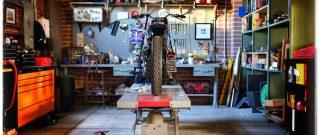 Motorka na zdviháku v garáži