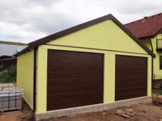 Dvojgaráž GARDEON v žltej omietke s hnedými bránami Hormann