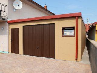 Montovaná garáž GARDEON v béžovej omietke s tehlovou atikou