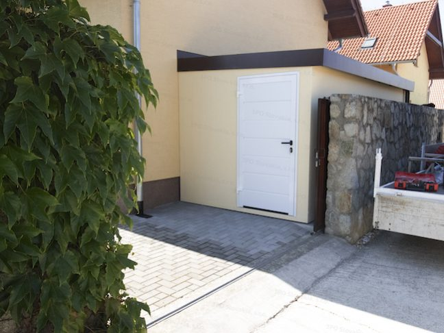Záhradný domček GARDEON v pieskovej omietke s bielymi dverami Hormann LPU42