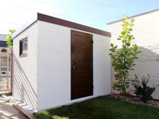 Montovaný záhradný domček GARDEON v bielej omietke s hnedými dverami Hormann LPU42