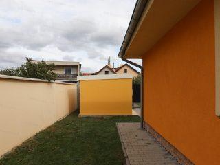 Záhradný domček GARDEON v kukuricovej omietke s bielou strechou