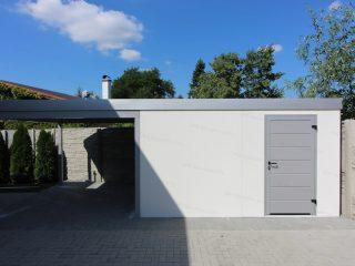 Záhradný domček GARDEON v bielej omietke s dverami Hormann vo farbe biely hliník