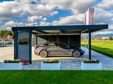 Tesla zaparkovaná v prístrešku SIEBAU pre dve autá
