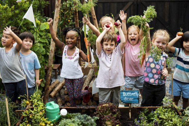 Deti v záhrade so zeleninou