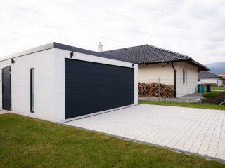 Montovaná garáž GARDEON v bielej omietke pri rodinnom dome