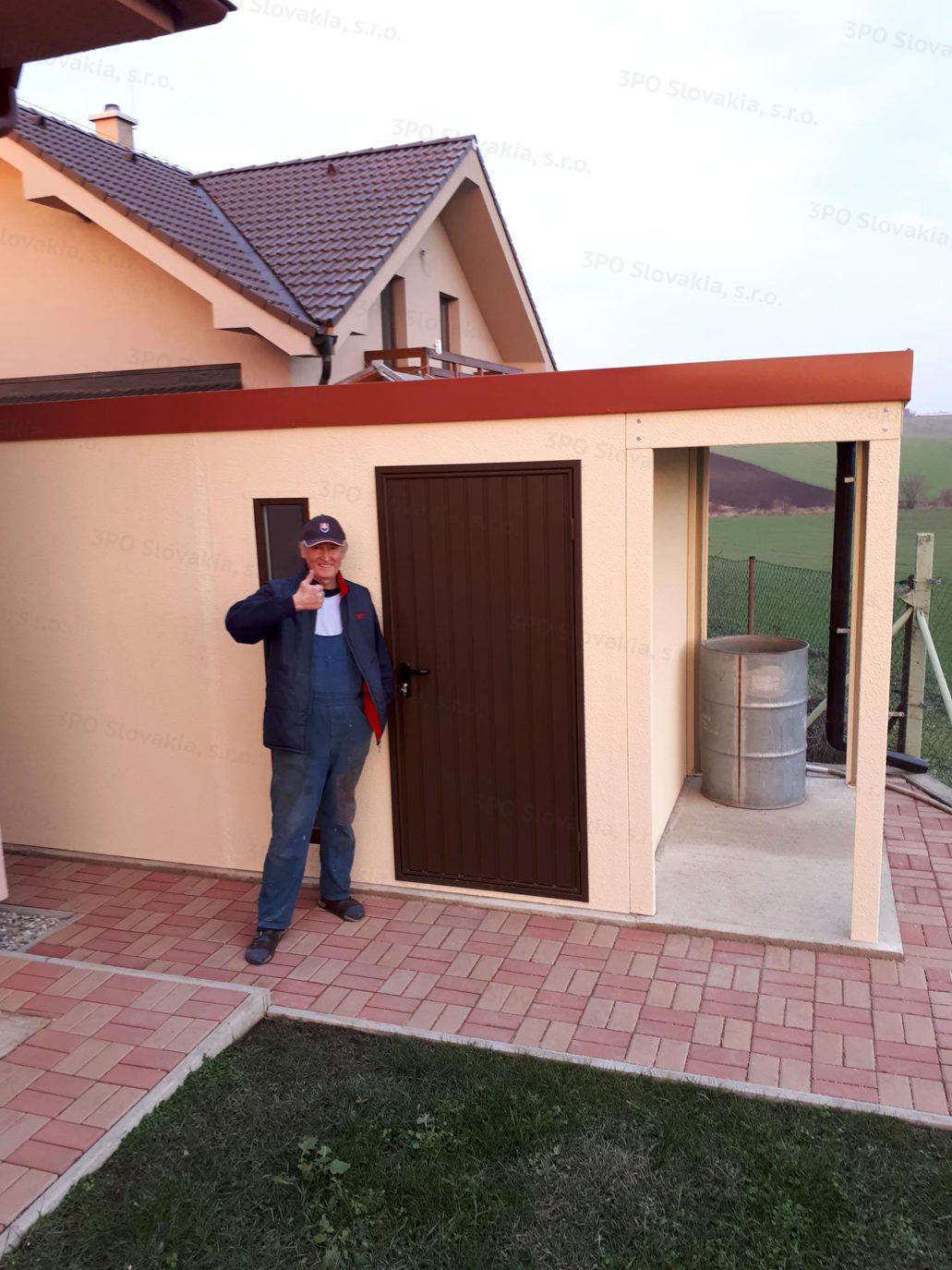 Spokojný zákazník pred záhradný domčekom GARDEON s prístreškom
