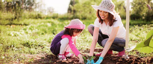Mama s dcérou na záhrade