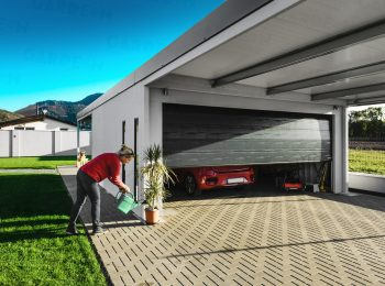Montovaná dvojgaráž s antracitovou garážovou bránou